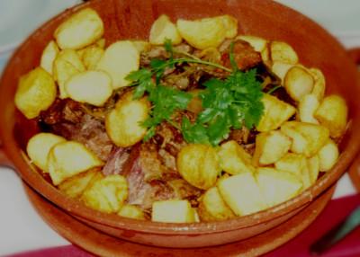 Borrego assado com batatas no forno